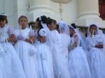 Numeroso grupo de niñas que celebran la Primera Comunión (hablando de religión...)