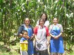 Mujeres de la microempresa Carnes Castillo con Paty, coordinadora de proyectos