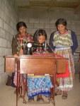 Mujeres con una microempresa de corte y confección