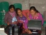 Las mujeres uniendo los cables